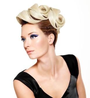 Mulher bonita com penteado moderno e maquiagem de moda nos olhos -