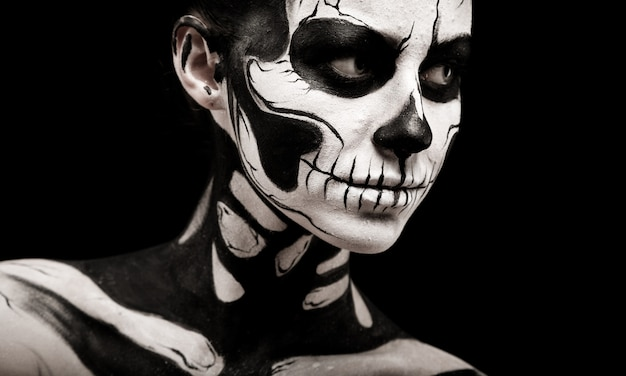 Mulher bonita com pintura corporal esqueleto