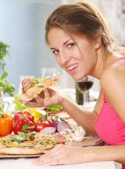 Mulher bonita com pizza