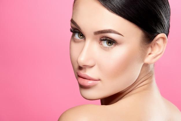 Mulher bonita com pose de pele perfeita, conceito de beleza e cuidados com a pele