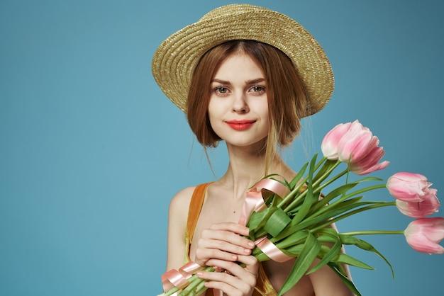 Mulher bonita com presente de buquê de flores, feriado de primavera