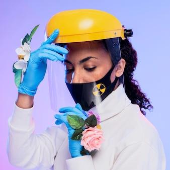 Mulher bonita com protetor facial e luvas florais