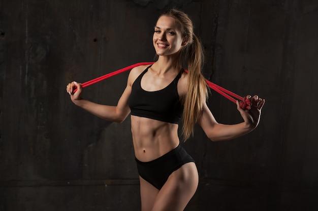 Mulher bonita com pular corda.