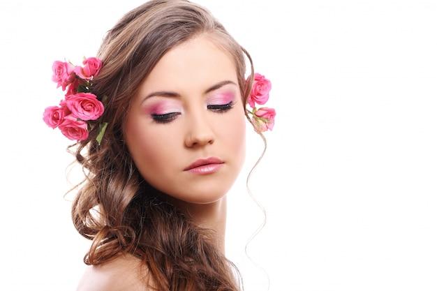 Mulher bonita com rosas no cabelo