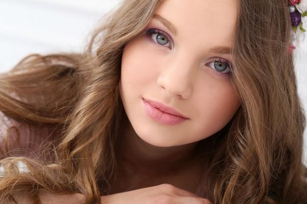 Mulher bonita com rosto bonito