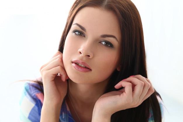 Mulher bonita com rosto lindo