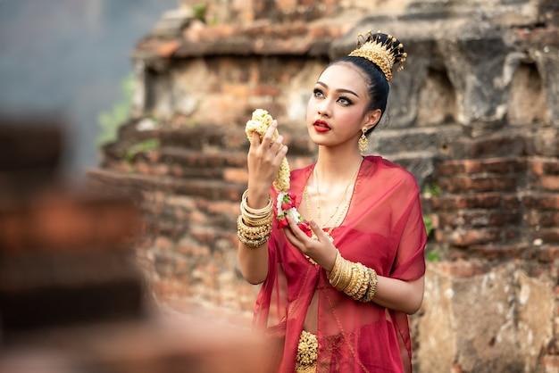 Mulher bonita com roupas típicas da tailândia