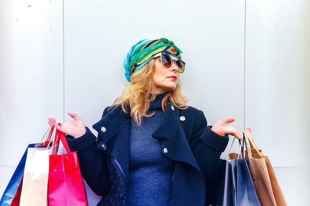 Mulher bonita com sacolas de compras.