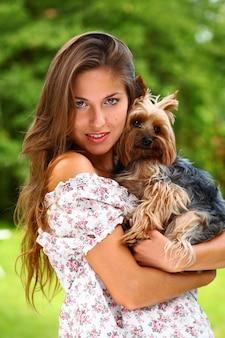 Mulher bonita com seu cachorro fofo