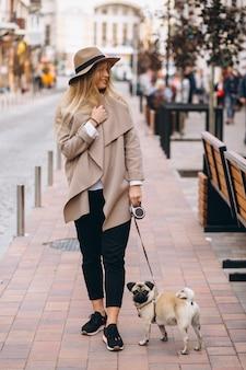 Mulher bonita com seu cachorro