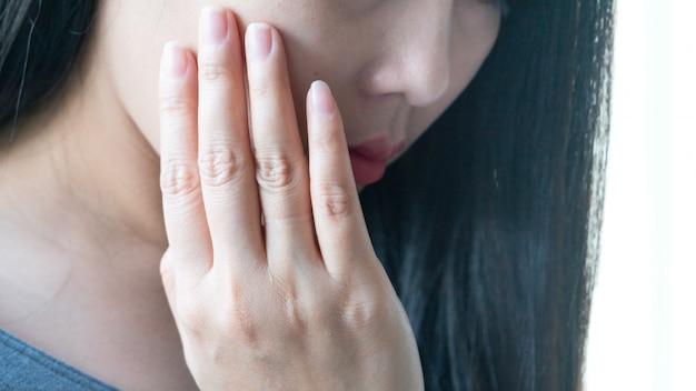 Mulher bonita com sofrimento de dor de dente, cárie ou sensibilidade.