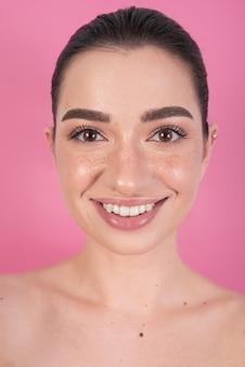 Mulher bonita com sorriso lindo