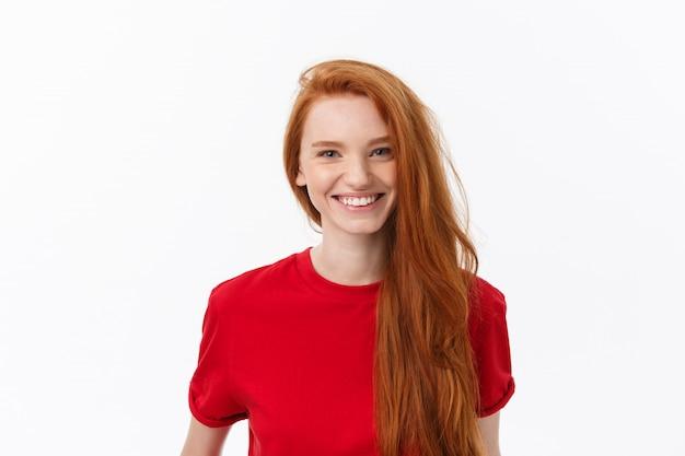 Mulher bonita com sorriso sincero, regozijando-se com seu sucesso, com bom humor, mostrando emoções positivas. mulher com sorriso gentil.