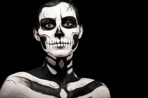 Mulher bonita com tatuagem de esqueleto