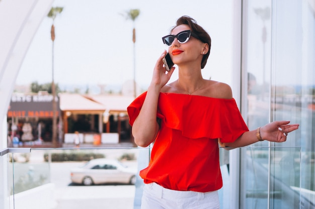 Mulher bonita com telefone de férias