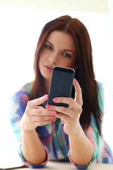 Mulher bonita com telefone móvel