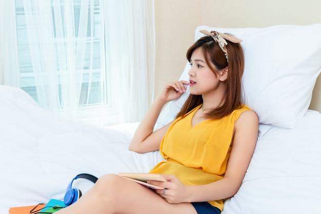 Mulher bonita com tempo de relaxamento em casa