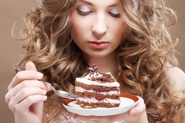 Mulher bonita com um bolo