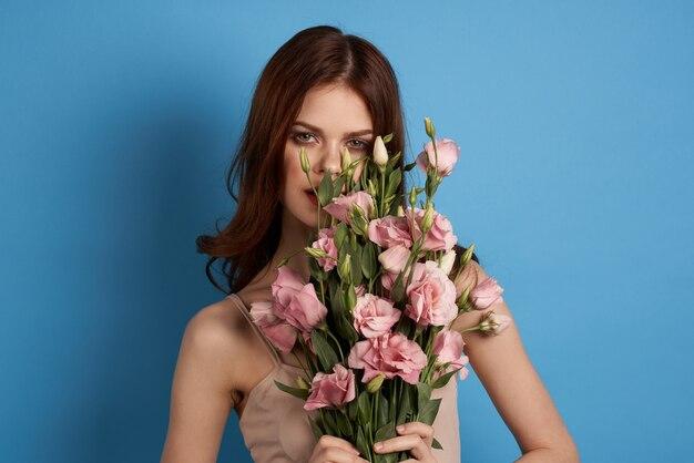 Mulher bonita com um buquê de flores rosa