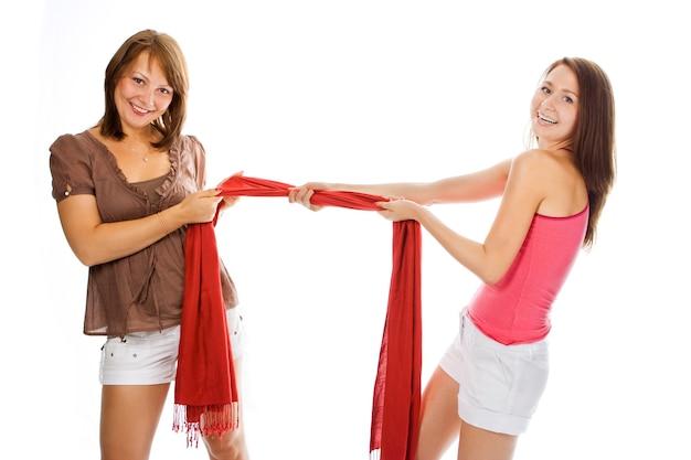Mulher bonita com um casal puxando lenço vermelho sobre branco