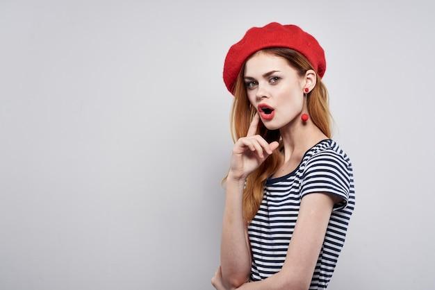 Mulher bonita com um chapéu vermelho maquiagem frança europa moda posando fundo isolado