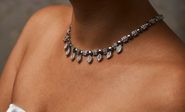 Mulher bonita com um colar, beleza e acessórios. colar de diamante no pescoço de uma mulher, close-up