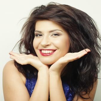 Mulher bonita com um grande sorriso feliz