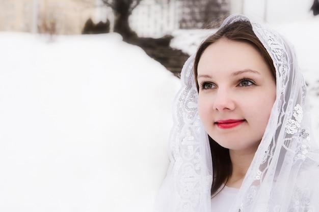 Mulher bonita com um lenço branco na cabeça
