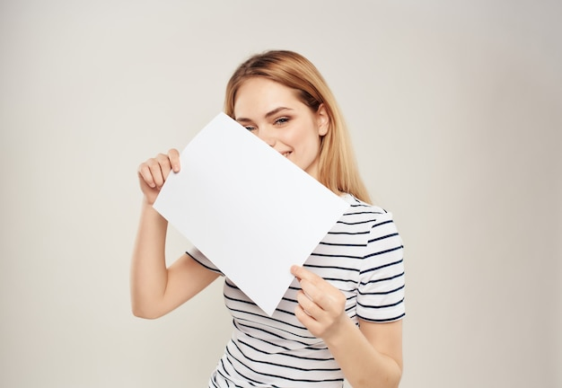 Mulher bonita com um lençol branco na mão banner isolado fundo