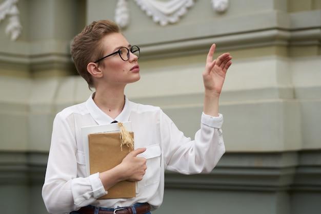 Mulher bonita com um livro nas mãos, lendo livros sobre educação