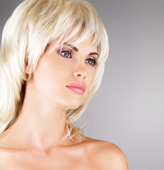 Mulher bonita com um penteado loiro, closeup retrato de uma modelo feminina