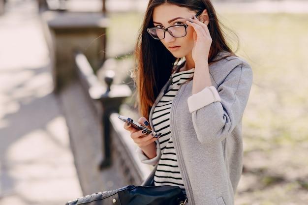 Mulher bonita com um telefone