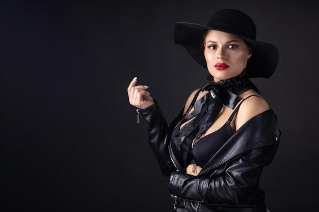 Mulher bonita com uma jaqueta de couro