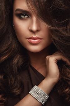Mulher bonita com uma pulseira brilhante