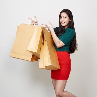 Mulher bonita com uma sacola de compras