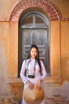 Mulher bonita com vestido tradicional da cultura do vietnã, traje tradicional, estilo vintage, vietnã