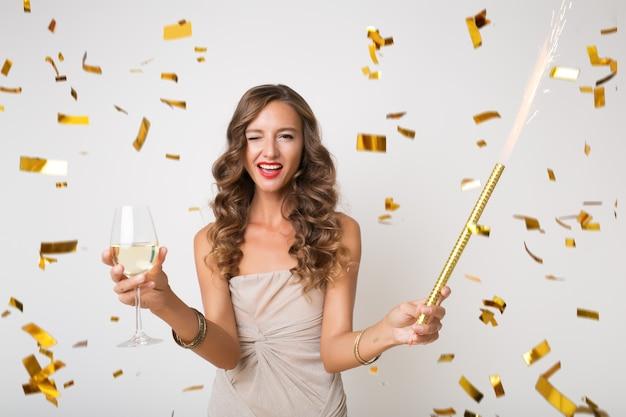 Mulher bonita comemorando ano novo em confete dourado