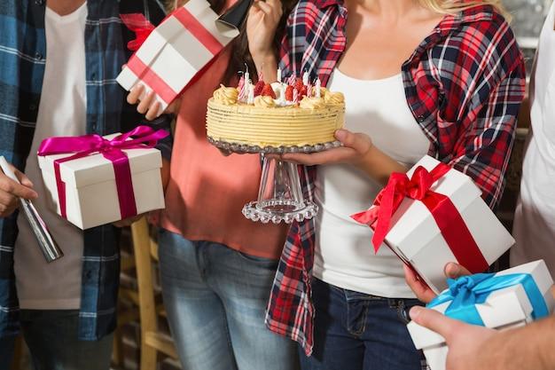 Mulher bonita comemorando seu aniversário com um grupo de amigos