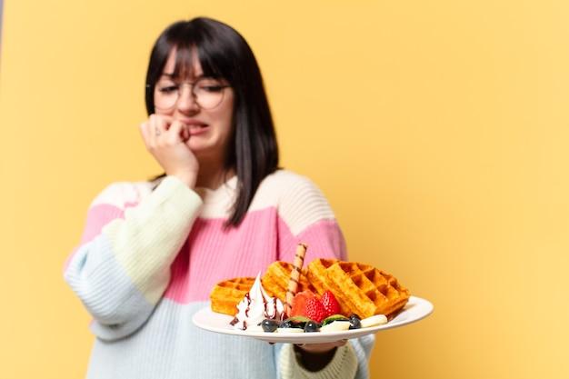 Mulher bonita comendo waffles