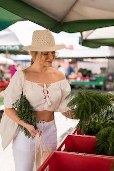 Mulher bonita comprando mantimentos