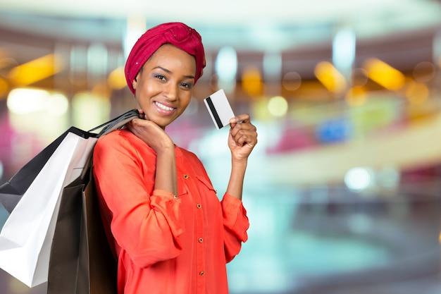 Mulher bonita, compras e segurando sacos