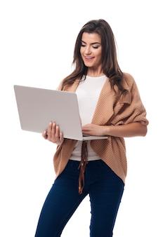 Mulher bonita conectada com a internet