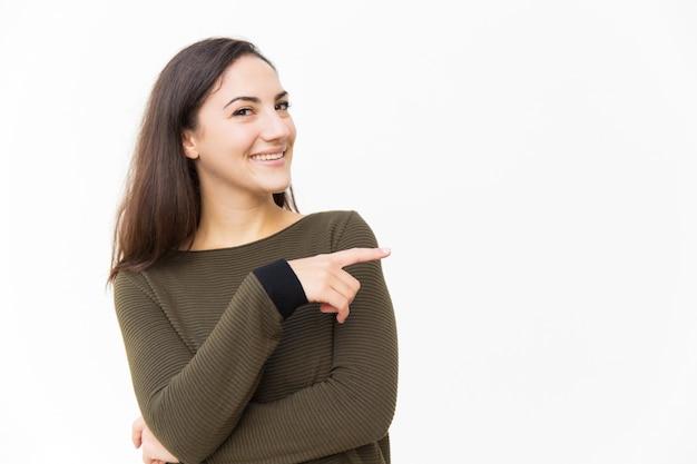 Mulher bonita confiante feliz apontando o dedo indicador