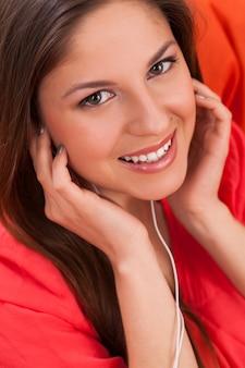 Mulher bonita curte música em fones de ouvido