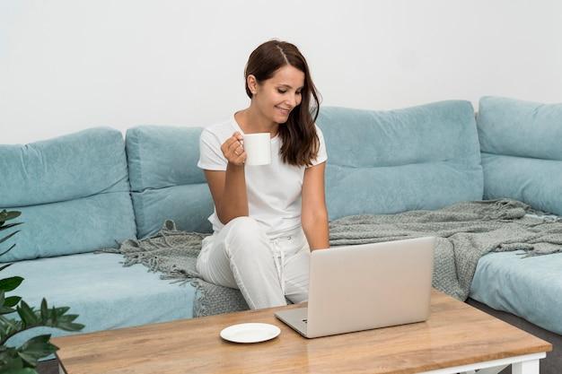 Mulher bonita curtindo o trabalho de casa