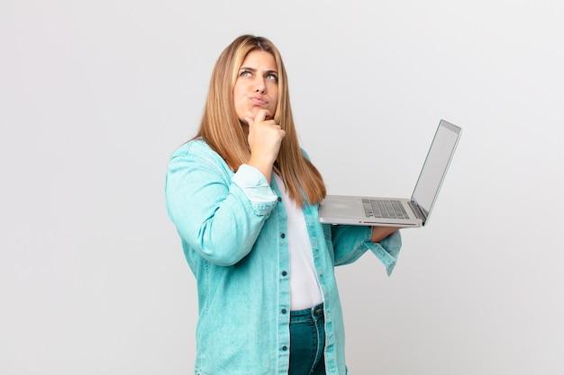 Mulher bonita curvilínea segurando um laptop