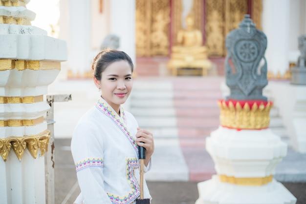 Mulher bonita da birmânia, desfrutando de uma vista da paisagem de velhos templos