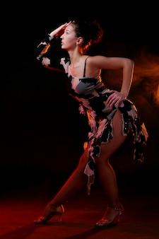 Mulher bonita dançando dança latina