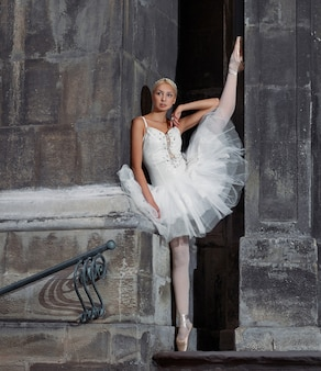 Mulher bonita de balé nas escadas