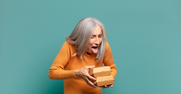 Mulher bonita de cabelos grisalhos. conceito de fast food take away